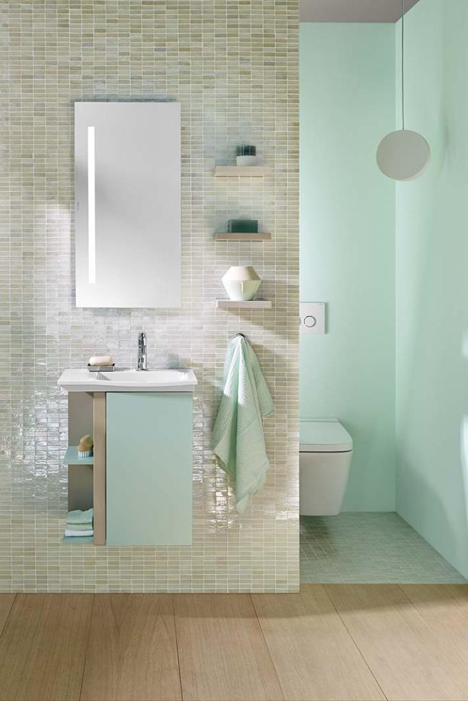Łazienka z toaletą we wnęce. Aranżacja z wyposażeniem serii Orell marki Burgbad