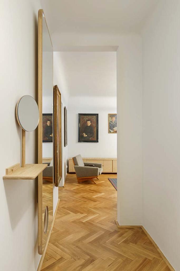Lustra w holu zaprojektował Jacek Kolasiński a wykonała Manufaktura Wood Effect
