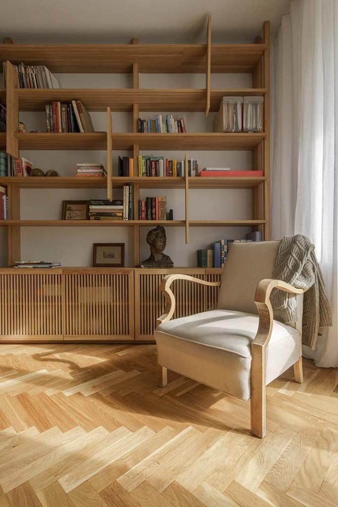 Mieszkanie w stylu vintage, fotel to pamiątka właścicieli