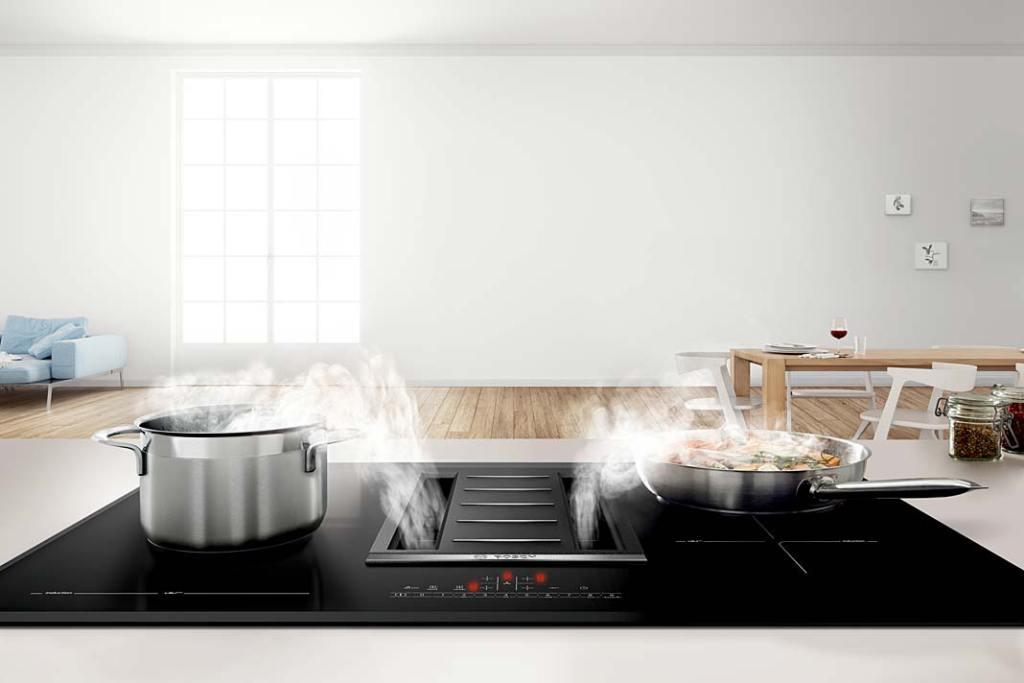 Nowoczesna kuchnia - płyta indukcyjna Bosch PVS851F21E z wbudowanym okapem