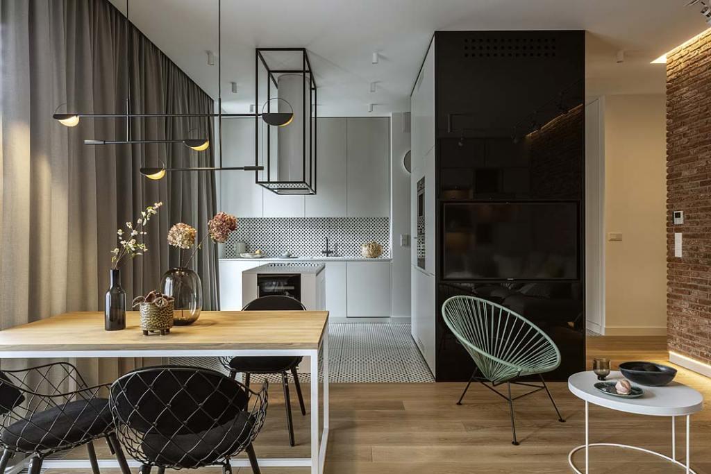 Podłoga w kuchni wykończona płytkami, drewniana podłoga w salonie. Projekt Hola Design. Fot. Yassen Hristov