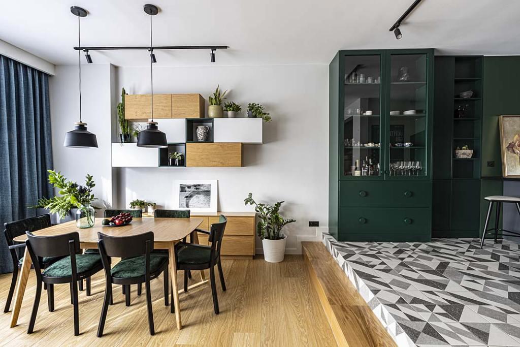 Podłoga w kuchni wykończona płytkami, drewniana podłoga w salonie. Projekt Kowalczyk-Gajda Studio Projektowe. Fot. Klaudyna Karczewska