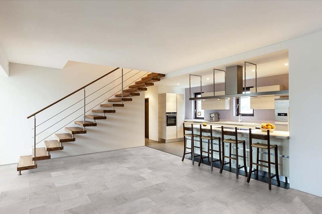 Podłoga w kuchni wykończona płytkami kompozytowymi Ceramin Vario od RuckZuck