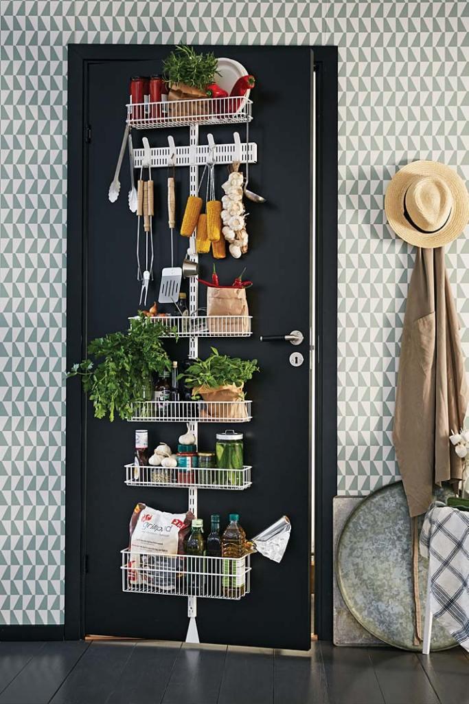 Podręczna spiżarka na drzwiach w kuchni