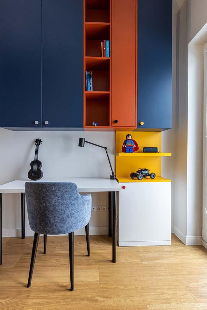 Pokój chłopca, kolorowe szafki. Projekt Kowalczyk-Gajda Studio Projektowe