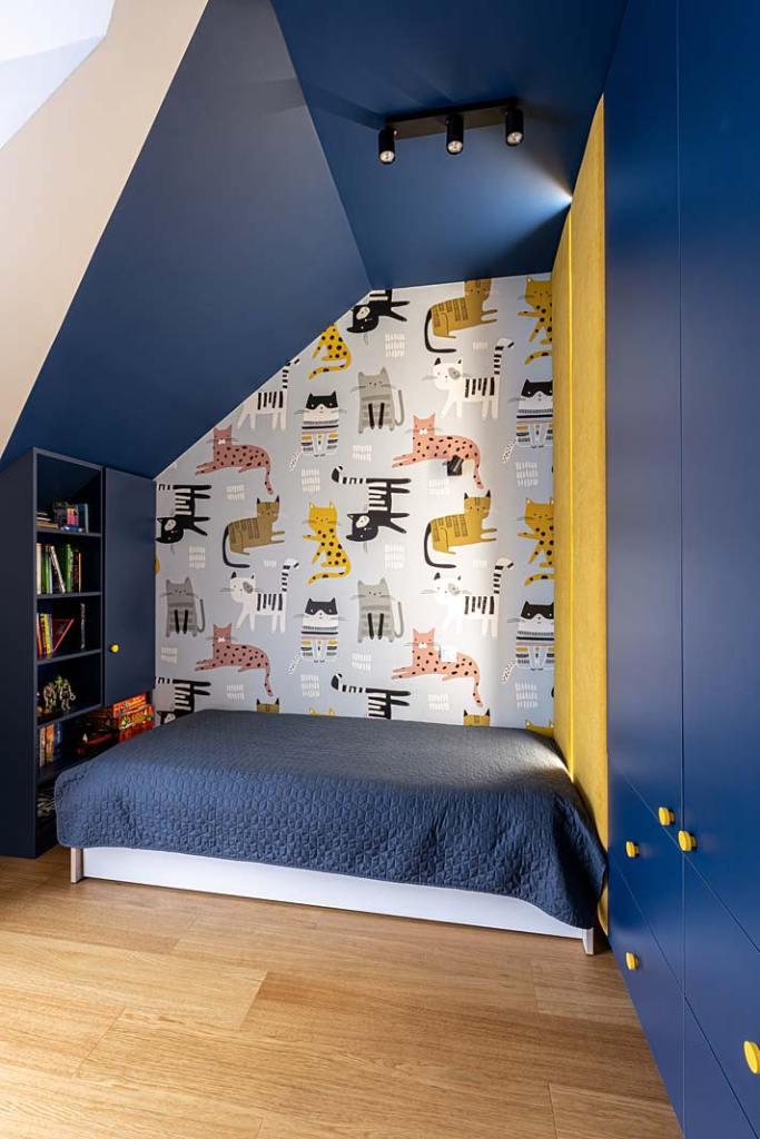 Pokój dziecka, tapeta w kotki. Projekt Kowalczyk-Gajda Studio Projektowe