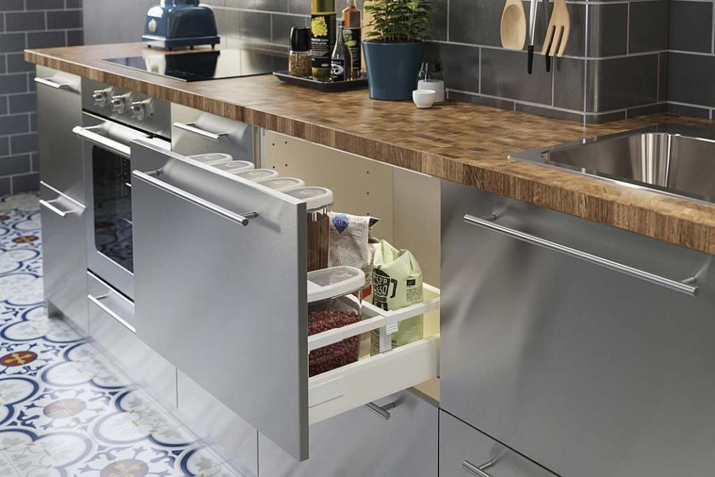 Prosty remont kuchni, wystarczy wymienić fronty szafek np. na serię Varsta od IKEA