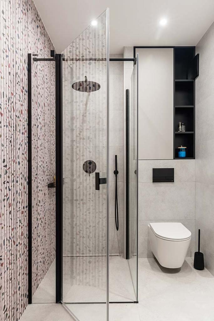 Rodzinny apartament, kabina prysznicowa w łazience. Projekt Studio Projekt
