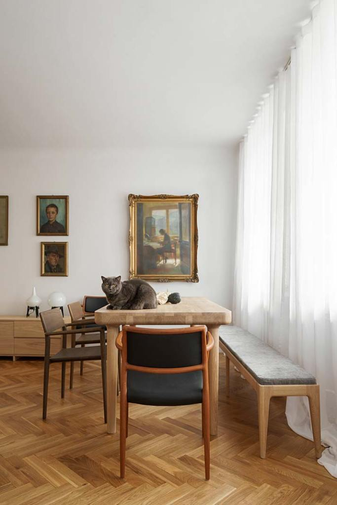Salon w stylu vintage - tapicerowane krzesła Nielsa Otto Molera po renowacji