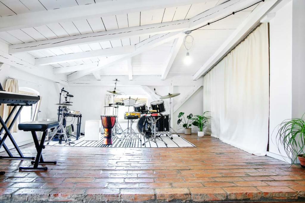 Studio muzyczne w mieszkaniu na strychu. Projekt Atelier Starzak Strebicki