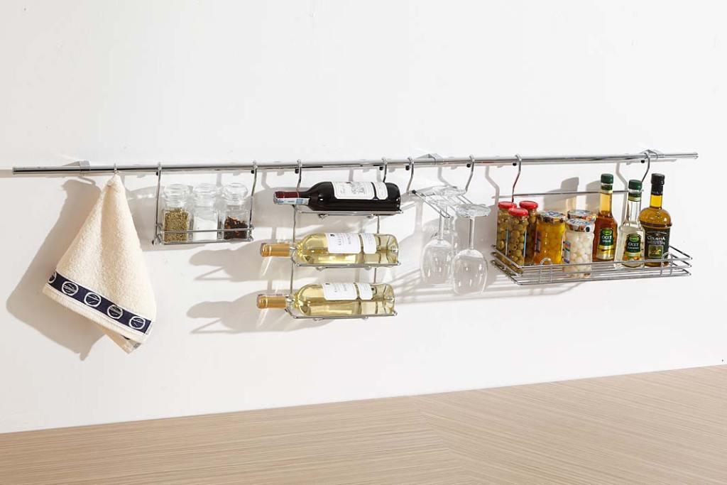 System relingowy marki Rejs, koszyki na przyprawy, butelki i kieliszki
