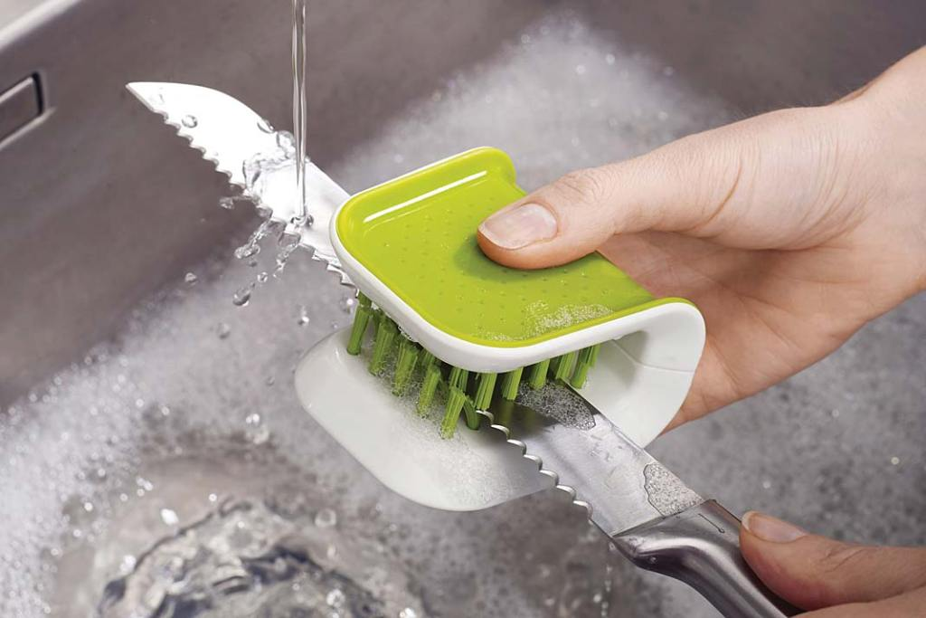 Szczotka do mycia noży BladeBrush marki Joseph&Joseph