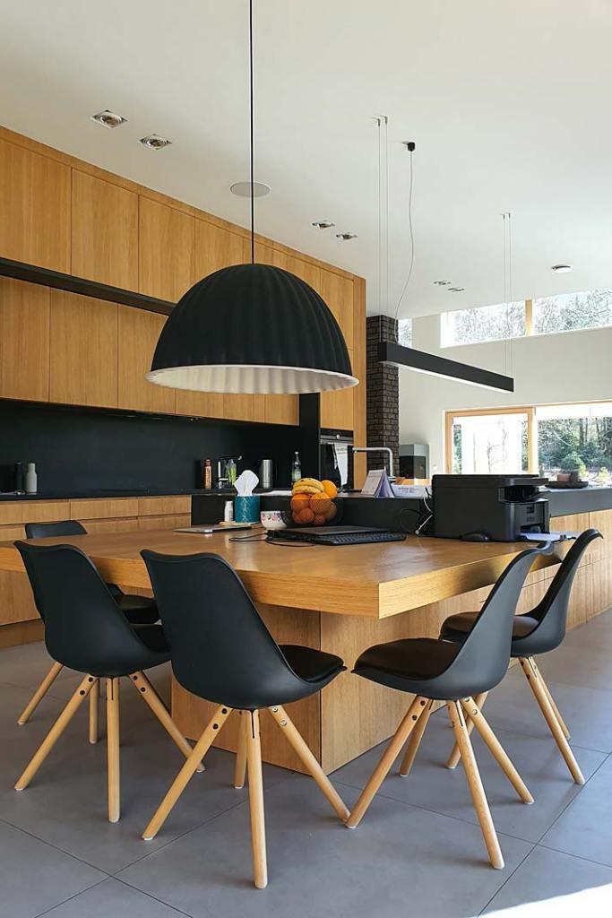 Wielkoformatowe płytki gresowe na podłodze w kuchni. Projekt JIO Pracownia Projektowa