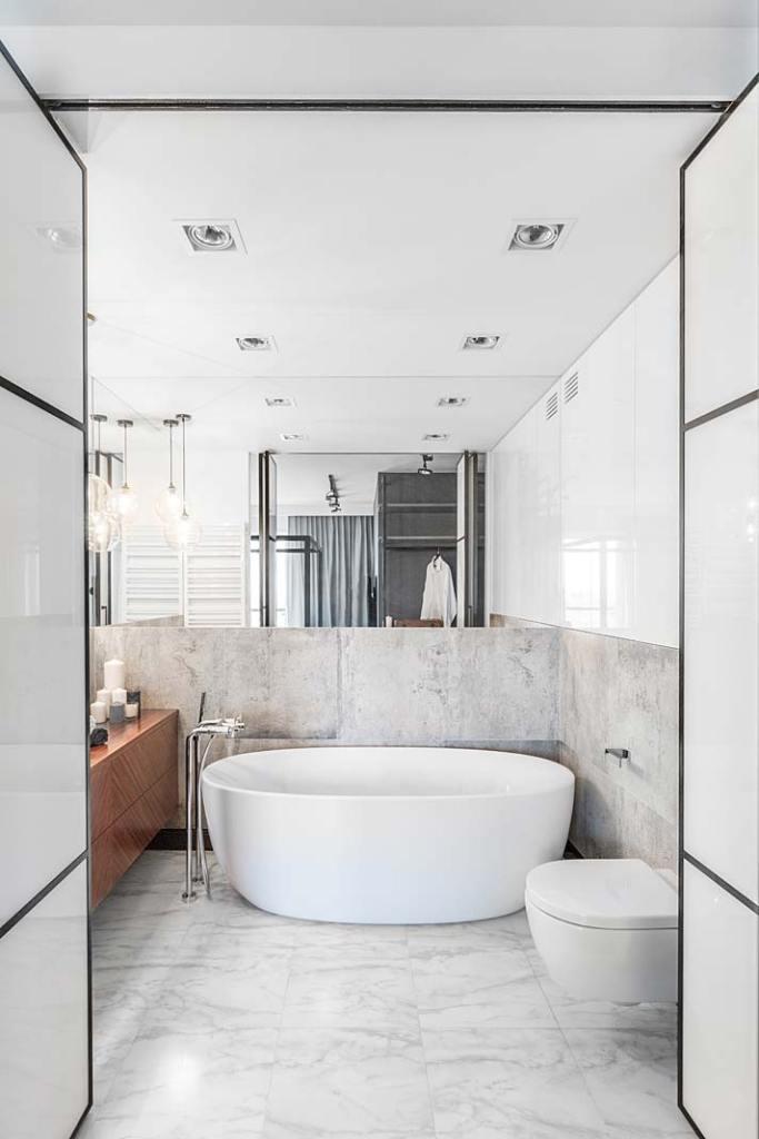 Montaż wanny wolnostojącej - łazienka zaprojektowana przez pracownię Decoroom