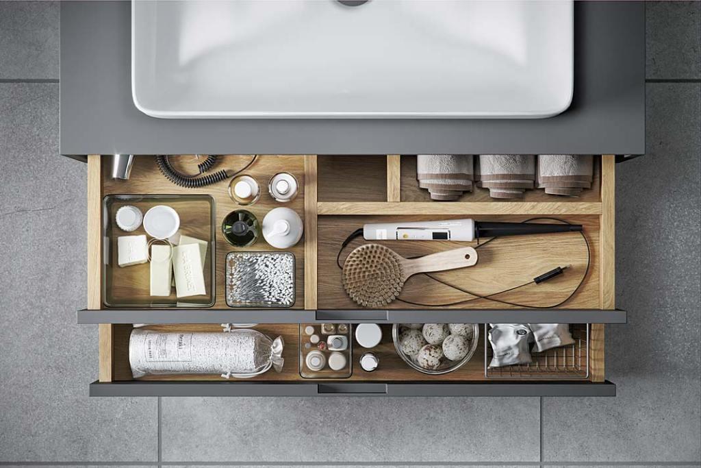Wygodna szafka podumywalkowa w rodzinnej łazience, szafka Tuto marki Excellent