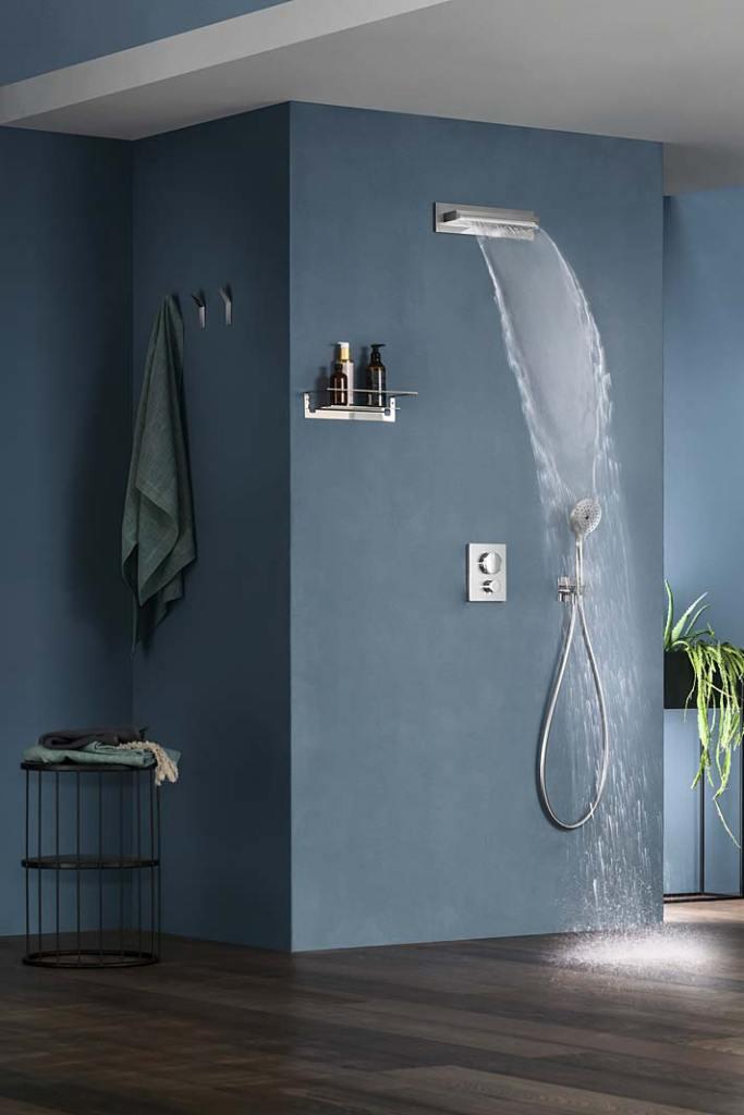 Kaskady Aquatec. Wylewka kaskadowa On-Wall XL w kolorze chrom, aranżacja