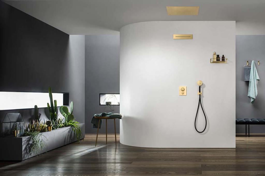 Wylewka kaskadowa XL In-Wall w kolorze złotym, aranżacja