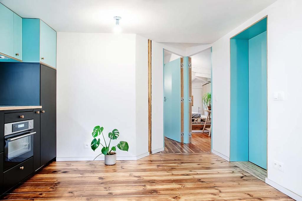Z kuchni prowadzą drzwi do pozostałych pomieszczeń. Projekt Atelier Starzak Strebicki