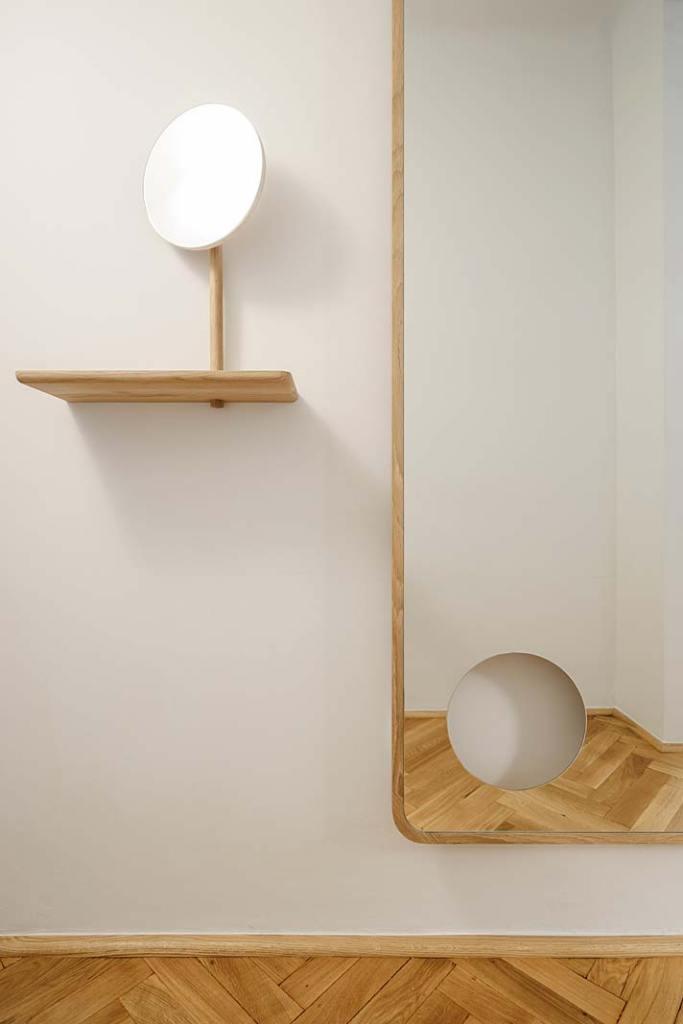 Z tafli dużego lustra wycięto okrągły fragment, z którego wykonano mniejsze lusterko. Projekt: Jacek Kolasiński