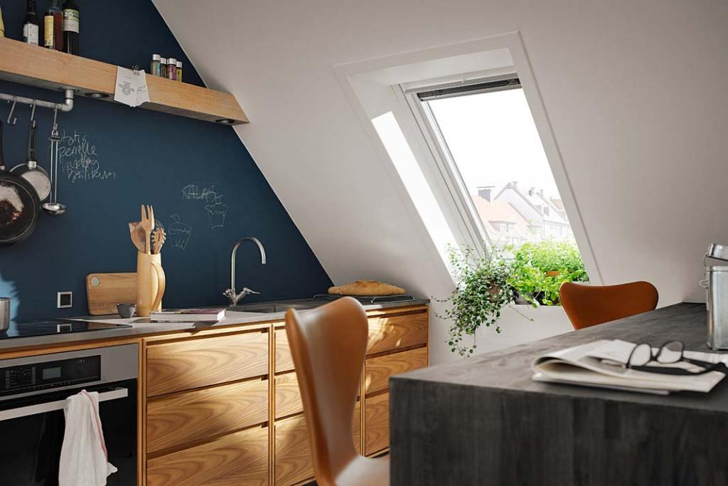 Zlew kuchenny na poddaszu, aranżacja z oknem dachowym Velux