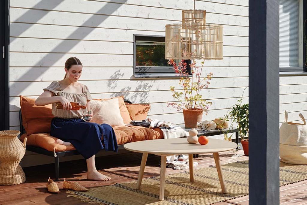 Letni salon na tarasie. Panele ścienne pomalowane lakierobejcą Tikkurila Valtti Plus Complete