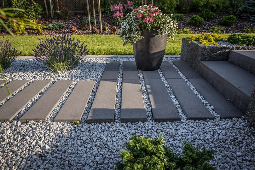Aranżacja ogrodu z wykorzystaniem płyt chodnikowych Libet Maximy Lungo