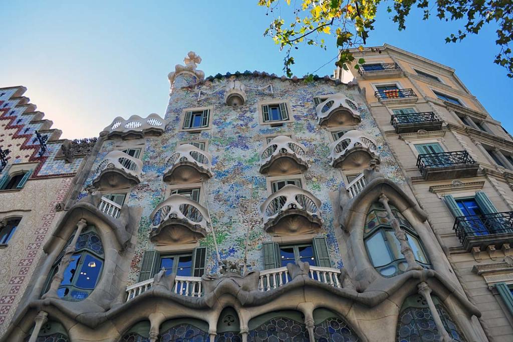 Atrakcje turystyczne Barcelony. Fasada budynku Casa Batllo