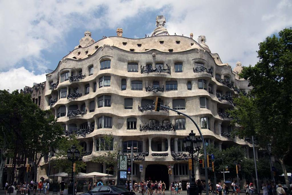 Barcelona, fasada budynku Casa Mila A. Gaudiego