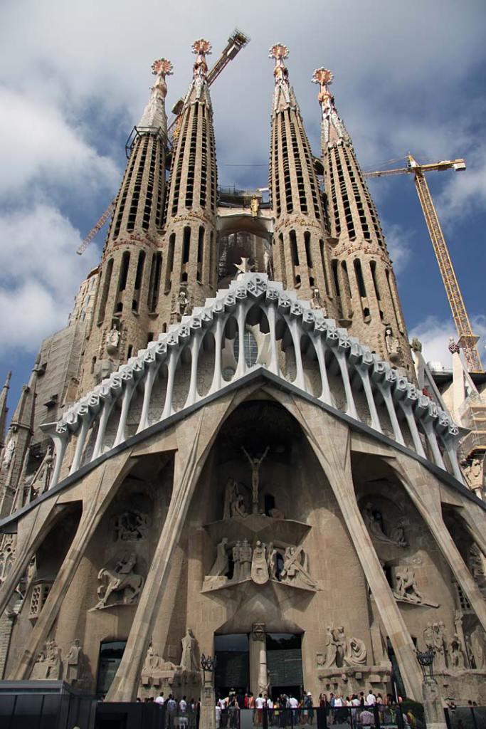 Atrakcje turystyczne Barcelony. Fasada kościoła La Sagrada Familia