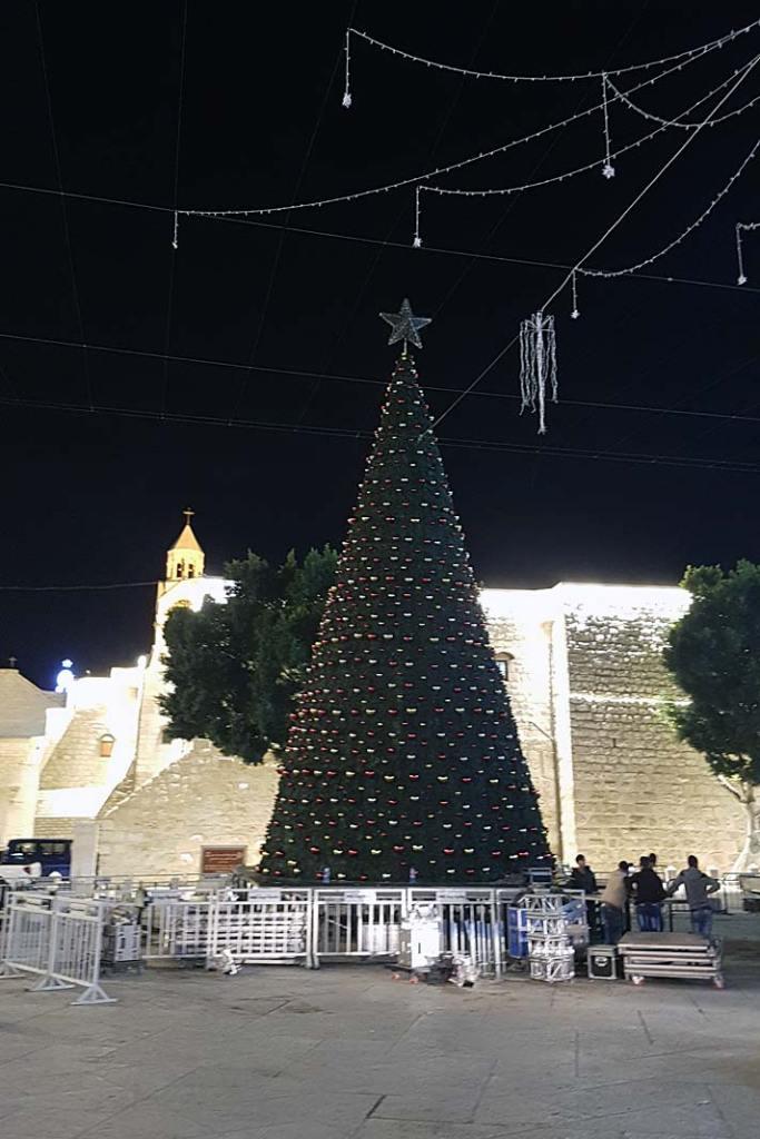 Bożonarodzeniowe drzewko ustawione wpobliżu Bazyliki Narodzenia Pańskiego wBetlejem
