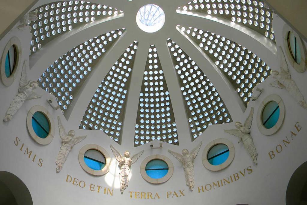Dach kaplicy swoim wyglądem manawiązywać dodachu namiotów dawnych pasterzy