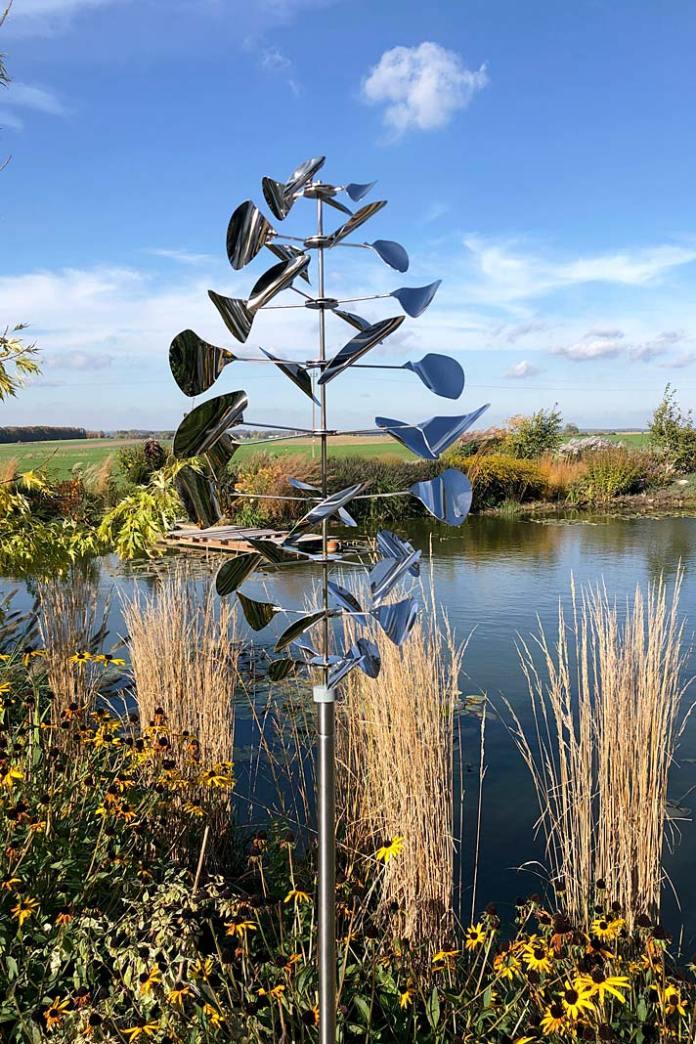 Dekoracje do ogrodu, rzeźba wiatrowa Anvil od Aurora Garden