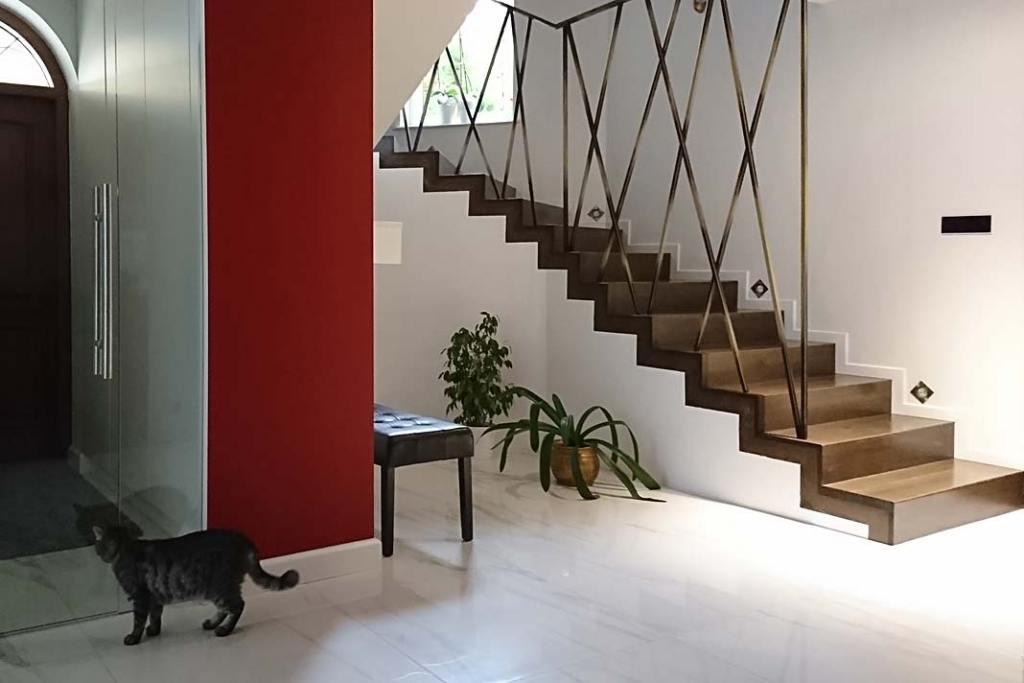 Dywanowe schody z drewna dębowego. Projekt Silvia Art