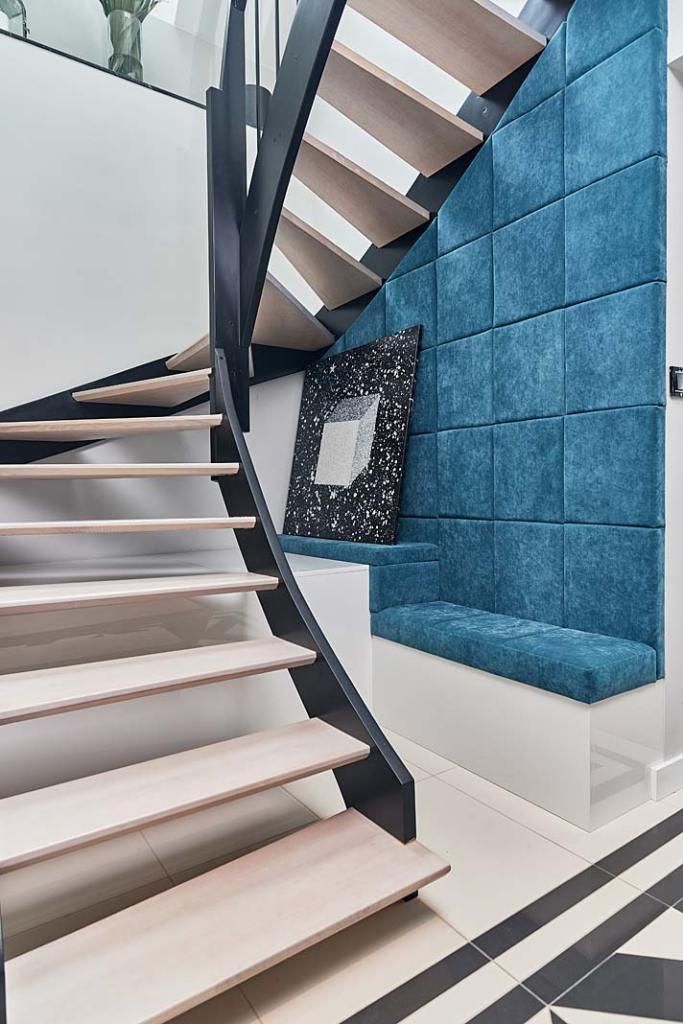 Eleganckie schody zabiegowe. Projekt GR8 Interior Design