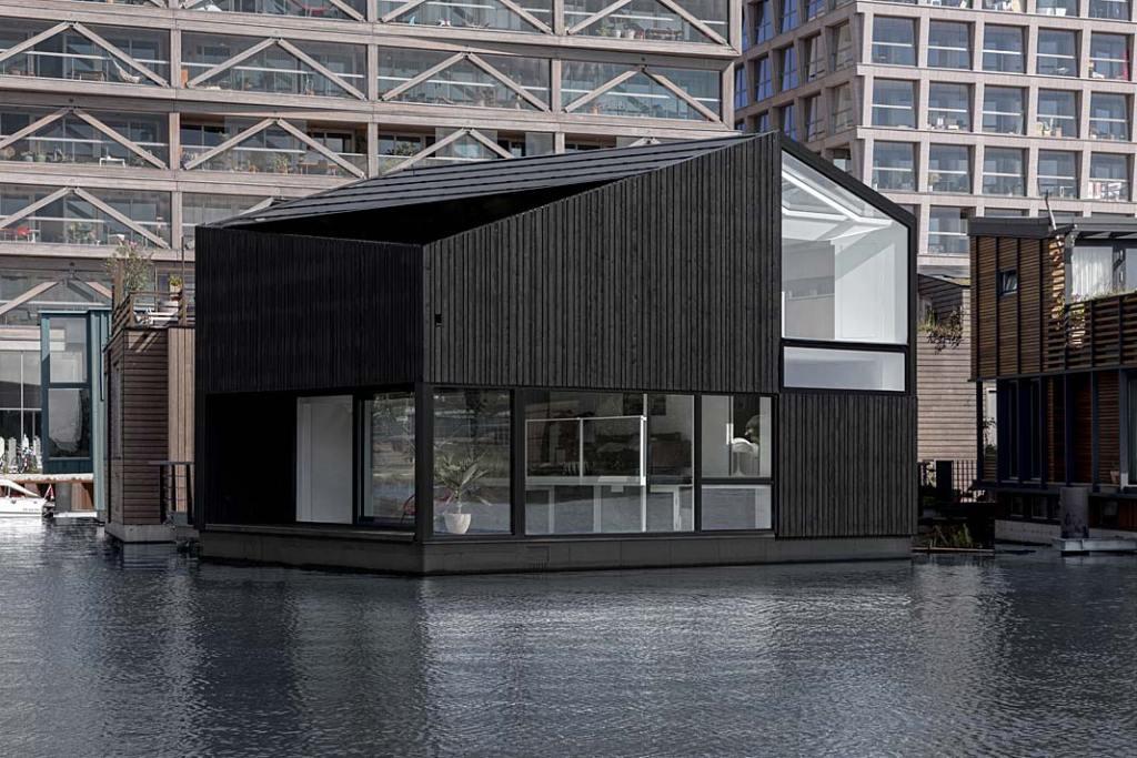 Energooszczędny pływający dom na kanale wodnym w Amsterdamie. Projekt i29 interior architects