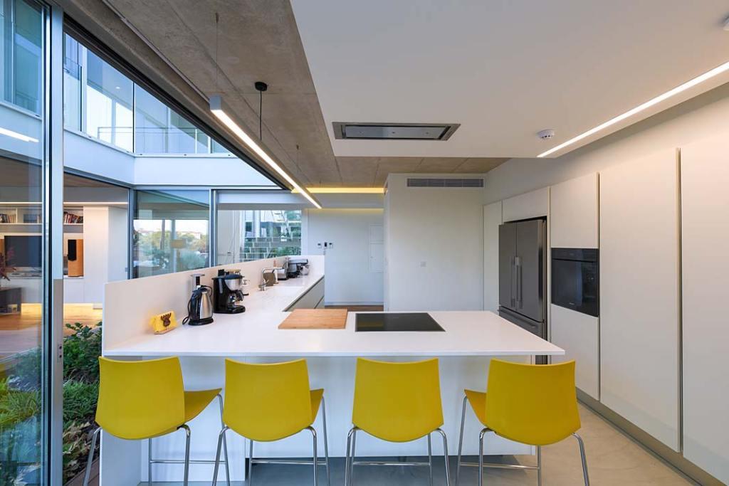Garden House, nowoczesna otwarta kuchnia. Projekt Christos Pavlou Architecture