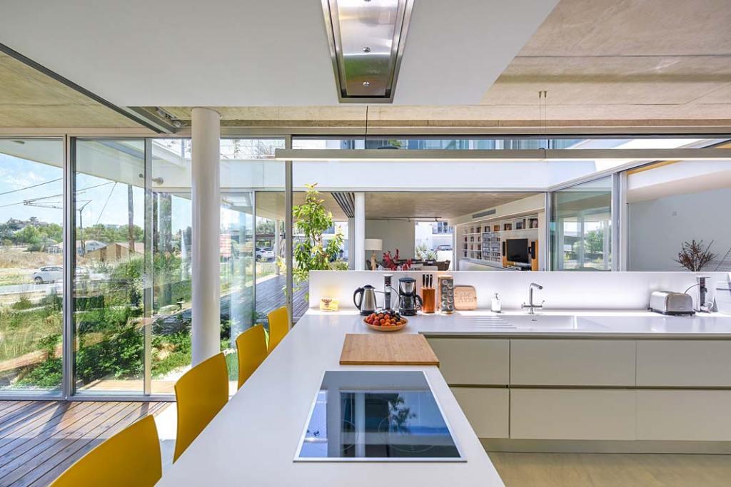 Garden House, otwarta kuchnia z widokiem na patio. Projekt Christos Pavlou Architecture