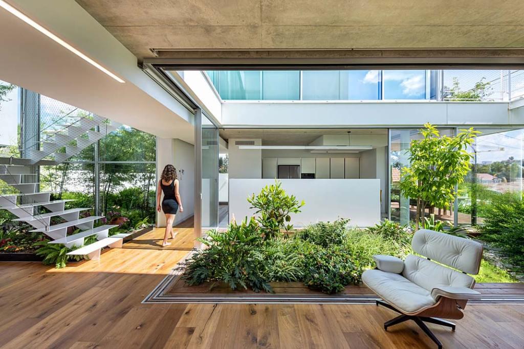 Dom w symbiozie z ogrodem. Garden House, otwarte patio wewnątrz. Projekt Christos Pavlou Architecture