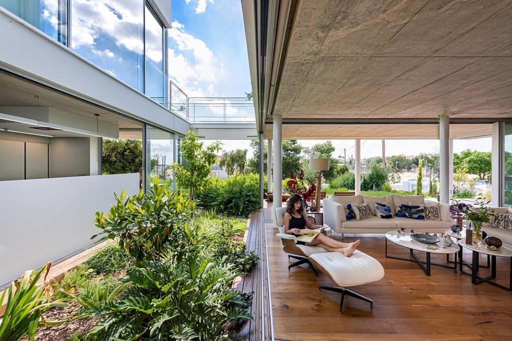 Garden House, salon otwarty na ogród. Projekt Christos Pavlou Architecture