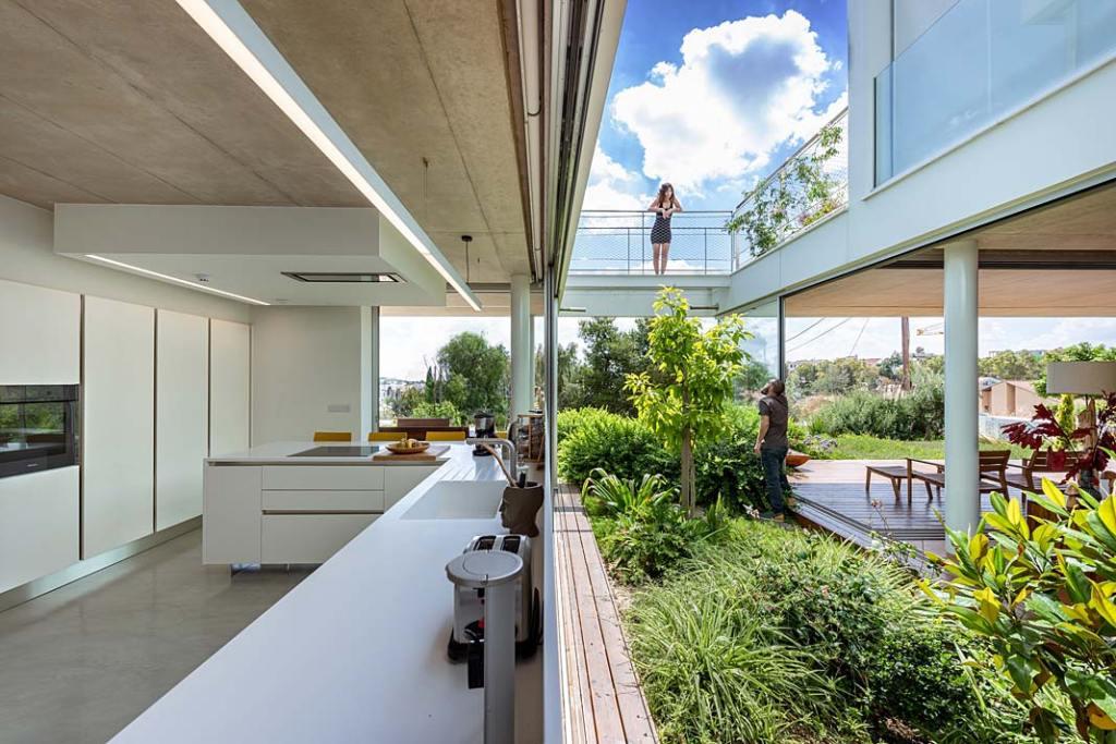 Garden House składa się z dwóch części połączonych tarasami i kładkami. Projekt Christos Pavlou Architecture