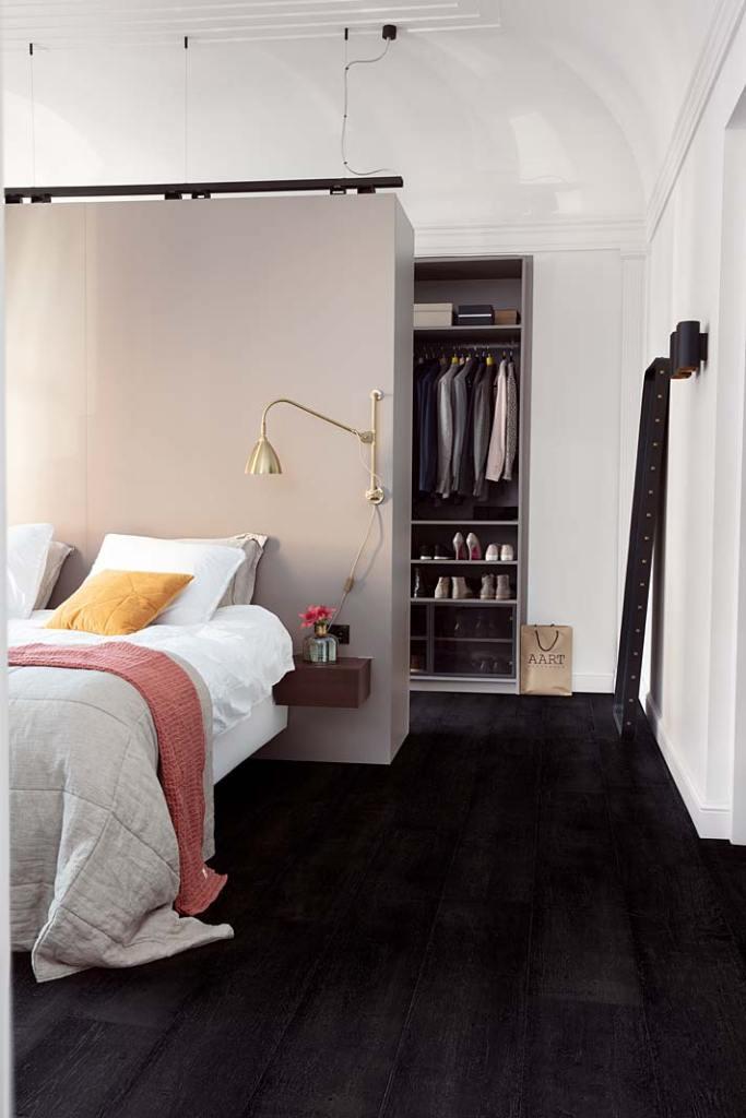 Garderoba przy sypialni, aranżacja marki Quick-Step