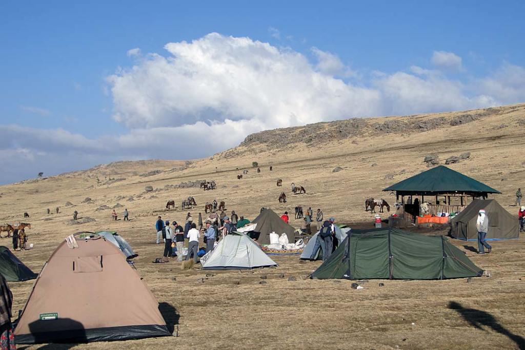 Grupy trekkingowe mogą obozować na kilku wyznaczonych polach namiotowych, gdzie dostępna jest woda pitna