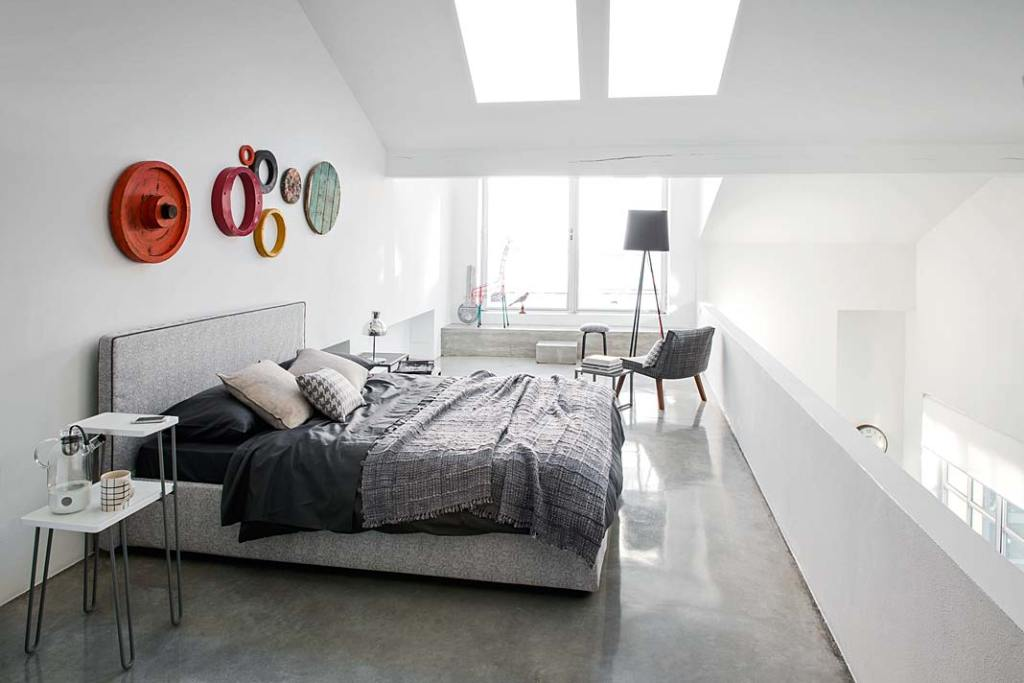 Kącik do czytania w sypialni, aranżacja z łóżkiem Gervasoni
