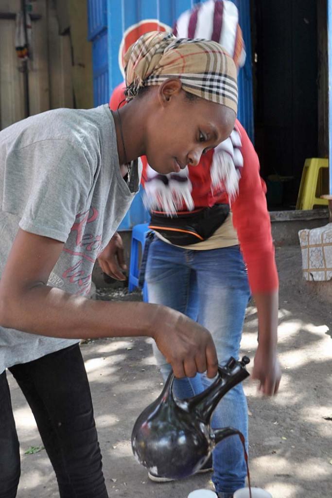Kawa z Etiopii, kelnerka wShashamene