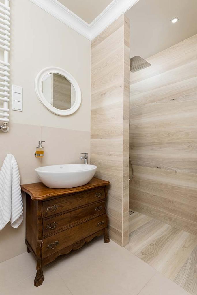 Mała łazienka z prysznicem. Projekt Monika Staniec Interior Design