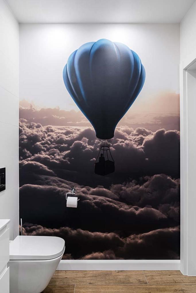 Mała toaleta dla gości z fototapetą. Projekt Studio Projekt