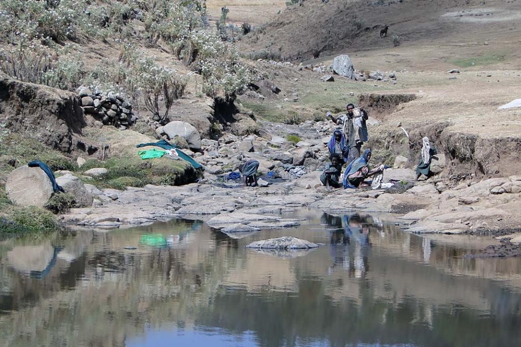 Mieszkańcy gór Semien piorący ubrania w rzece