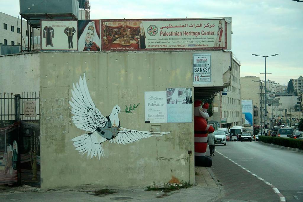 Mural Banksy'ego przy wjeździe doBetlejem