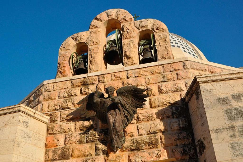 Metalowy odlew rzeźby anioła nafrontonie kaplicy