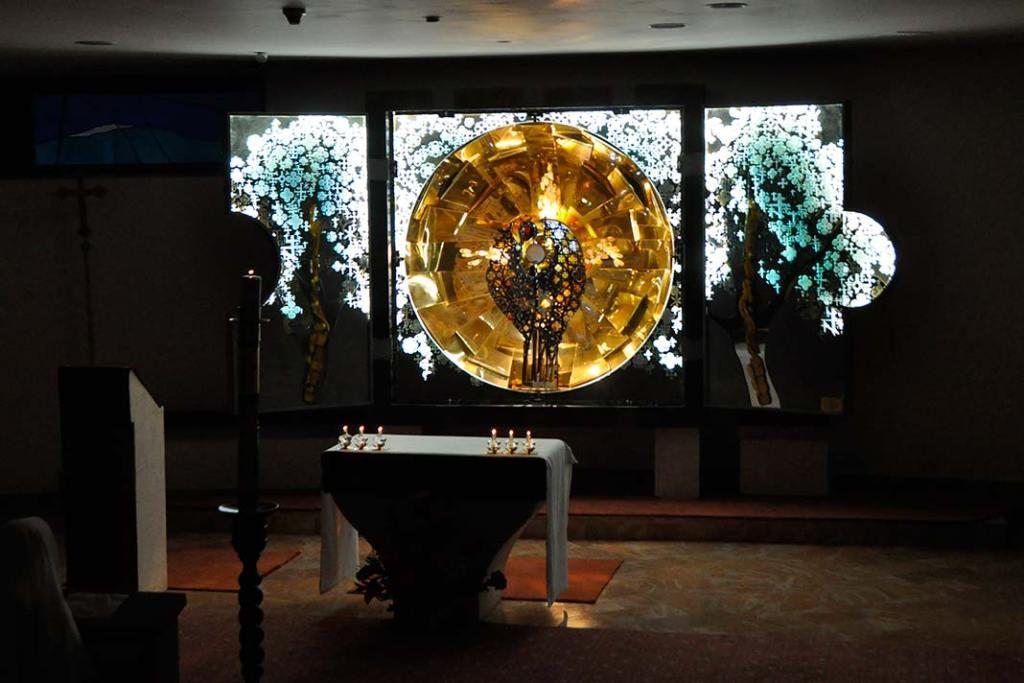 Nowoczesny ołtarz nawiązujący doNiebiańskiego Jeruzalem mieści się wnowej części Sanktuarium Groty Mlecznej w Betlejem
